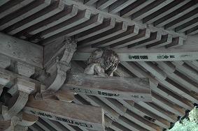 左甚五郎作と伝えられる力士の彫刻