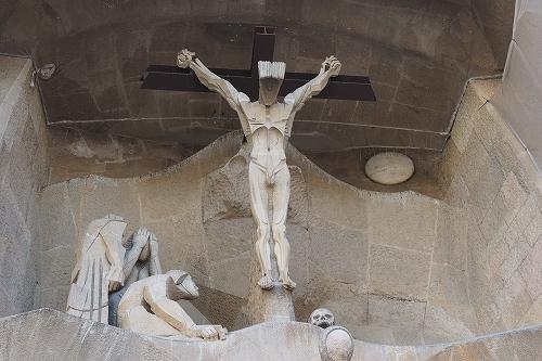 サグラダ・ファミリア 受難のファサード キリストの磔刑  キリストの磔刑 キリストのそばにはヨハ